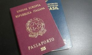 Passaporte italiano e brasileiro sobrepostos