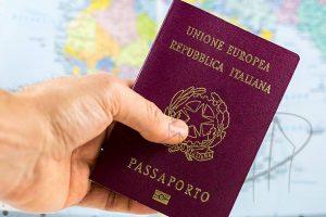 passaporte italiano sobre mapa mundi