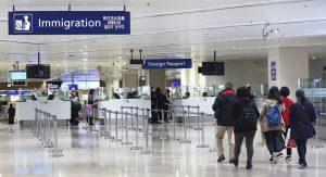fila para setor de imigração em aeroporto
