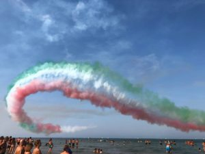 fumaça no céu formando a bandeira da itália