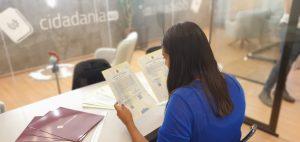Especialista da Cidadania4u estudando certidões