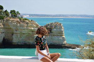 pessoa admirando a costa em Portugal